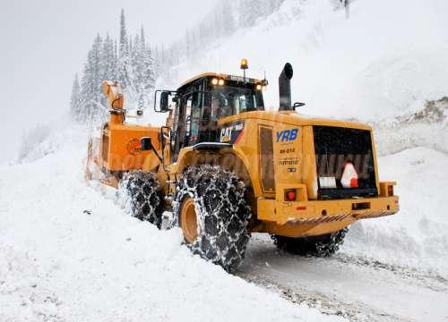 Уборка снега фронтальным погрузчиком, вывоз снега